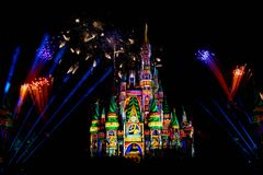 Dopo è fortunatamente mai i fuochi d'artificio spettacolari mostrano al castello di Cenerentola nel regno magico 11 immagine stock libera da diritti