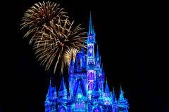 Dopo è fortunatamente mai i fuochi d'artificio spettacolari mostrano al castello di Cenerentola nel regno magico 19 immagine stock