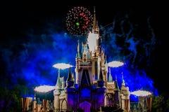 Dopo è fortunatamente mai i fuochi d'artificio spettacolari mostrano al castello di Cenerentola nel regno magico 14 immagine stock libera da diritti