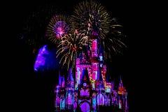Dopo è fortunatamente mai i fuochi d'artificio spettacolari mostrano al castello di Cenerentola nel regno magico 17 immagini stock