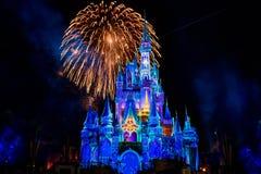Dopo è fortunatamente mai i fuochi d'artificio spettacolari mostrano al castello di Cenerentola nel regno magico 6 immagini stock
