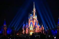 Dopo è fortunatamente mai i fuochi d'artificio spettacolari mostrano al castello di Cenerentola nel regno magico 24 fotografie stock