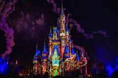 Dopo è fortunatamente mai i fuochi d'artificio spettacolari mostrano al castello di Cenerentola nel regno magico 22 immagini stock