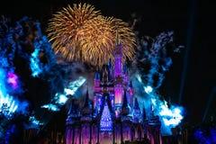 Dopo è fortunatamente mai i fuochi d'artificio spettacolari mostrano al castello di Cenerentola nel regno magico 7 immagine stock