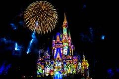 Dopo è fortunatamente mai i fuochi d'artificio spettacolari mostrano al castello di Cenerentola nel regno magico 21 fotografie stock libere da diritti