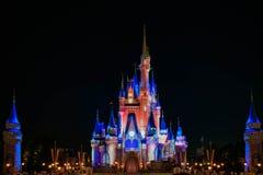 Dopo è fortunatamente mai i fuochi d'artificio spettacolari mostrano al castello di Cenerentola nel regno magico 23 fotografie stock