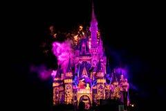 Dopo è fortunatamente mai i fuochi d'artificio spettacolari mostrano al castello di Cenerentola nel regno magico 12 immagini stock