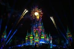 Dopo è fortunatamente mai i fuochi d'artificio spettacolari mostrano al castello di Cenerentola nel regno magico fotografie stock libere da diritti