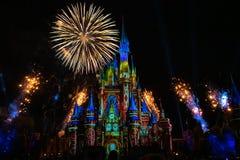 Dopo è fortunatamente mai i fuochi d'artificio spettacolari mostrano al castello di Cenerentola nel regno magico 3 fotografie stock