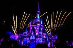 Dopo è fortunatamente mai i fuochi d'artificio spettacolari mostrano al castello di Cenerentola sul fondo scuro di notte nel regn immagini stock libere da diritti