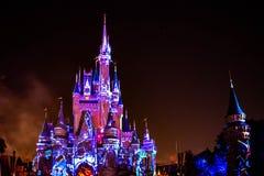 Dopo è fortunatamente mai i fuochi d'artificio spettacolari mostrano al castello di Cenerentola sul fondo scuro di notte nel regn immagine stock