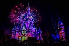 Dopo è fortunatamente mai i fuochi d'artificio spettacolari mostrano al castello di Cenerentola sul fondo scuro di notte nel regn immagine stock libera da diritti