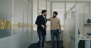 Dopo il giovane di intervista abbia emozione emozionante il suo collega dagli sguardi dell'ufficio lui ed inizi a sorridere video d archivio