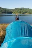 Dopo il sonno nella tenda alla notte, l'allungamento dell'uomo Immagini Stock