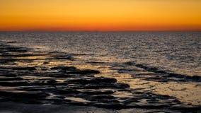 Dopo il tramonto il cielo sta girando rosso a Schiermonnikoog Paesi Bassi Fotografia Stock Libera da Diritti