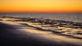 Dopo il tramonto il cielo sta girando rosso a Schiermonnikoog Paesi Bassi Fotografia Stock