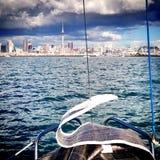 Dopo la corsa della barca a vela sul porto di Auckland immagini stock