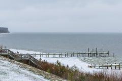 Dopo la tempesta della neve al fiume Fotografie Stock
