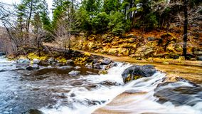 Dopo piovosità pesante, acqua da Oak Creek che sommerge l'incrocio di strada Oak Creek al canyon del frutteto fra Sedona e l'albe immagine stock