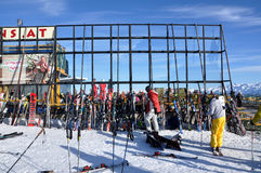 Doposci, sciatori che godono di un partito dopo un dat di corsa con gli sci Immagini Stock