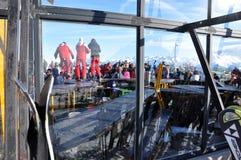 Doposci, sciatori che godono di un partito dopo un dat di corsa con gli sci Fotografia Stock