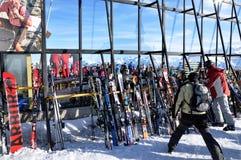 Doposci, sciatori che godono di un partito dopo un dat di corsa con gli sci Fotografie Stock Libere da Diritti