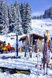 Doposci in una barra accanto ad un pendio dello sci in una località di soggiorno di montagna alpina Immagine Stock