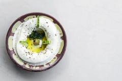Dopp för mat för mellanmål för Labneh nytt libanesiskt gräddostdopp Arkivfoto