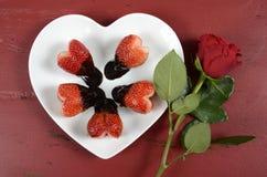 Doppad hjärta för valentindagen formade choklad jordgubbar med steg Arkivfoto