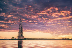 Doppat klockatorn i härlig soluppgång för flod Arkivbilder