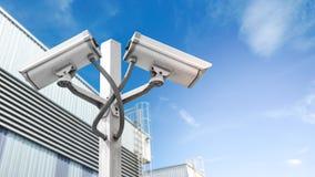 Doppelüberwachung cctv-Kamera auf Pfosten in der Fabrik, die mit AufflackernLichteffekt und copyspace industriell ist, verwenden  lizenzfreie stockfotos