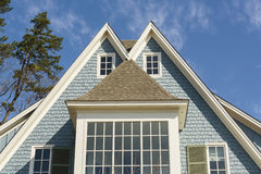 Doppel-emporgeragtes Dach des blauen Familienhauses Stockbilder