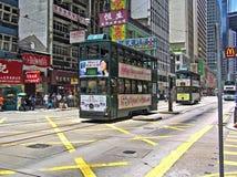 Doppel-Geschoss-Tramläufe durch eine Straße in Hong Kong Lizenzfreies Stockfoto