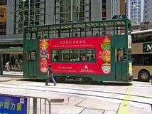 Doppel-Geschoss-Tramläufe durch eine Straße in Hong Kong Stockbilder