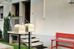 Doppel-US-Mailbox vor dem Haus Stockfotos