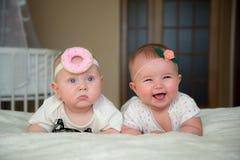 Doppelbaby und Mädchen liegen auf dem Bett lizenzfreies stockfoto