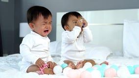 Doppelbabys, die auf Bett schreien stock video