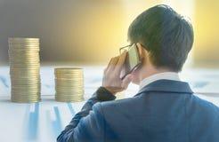 Doppelbelichtung, Abschluss oben des intelligenten Geschäftsmannes, der mit mobi arbeitet Stockfoto