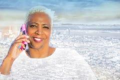 Doppelbelichtung der Afroamerikanerfrau und -Stadtbilds lizenzfreie stockbilder