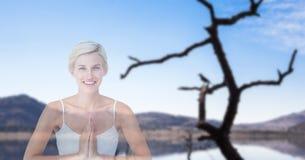 Doppelbelichtung der Frau mit den Händen umklammerte die Ausführung von Yoga stockfoto