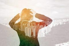 Doppelbelichtung der Geschäftsfrau sorgte sich mit Stadthintergrund lizenzfreie stockbilder