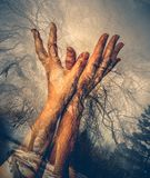 Doppelbelichtung der Hände der Frau lizenzfreie stockfotos
