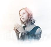 Doppelbelichtung der jungen Frau Teeschale mit Stadt halten lizenzfreies stockfoto