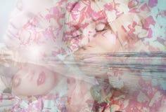 Doppelbelichtung der Reflexion der sinnlichen zarten Eleganzfrau stockbilder
