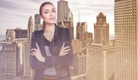 Doppelbelichtung der Stadt und der schönen Geschäftsfrau faltete ihre Arme Stockfoto