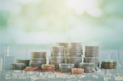 Doppelbelichtung der Stadt und Reihen von Münzen Lizenzfreies Stockfoto
