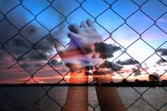 Doppelbelichtung des asiatischen Mädchenhandgriffgefängnisses Lizenzfreie Stockbilder