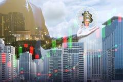 Doppelbelichtung des Geschäftsmannes das bitcoin und das blockchai halten Stockfotos