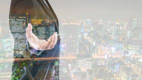 Doppelbelichtung des Geschäftsmannes einen eingebildeten Schirm berührend Lizenzfreies Stockfoto