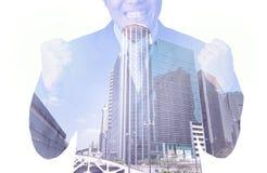 Doppelbelichtung des Geschäftsmannes mit Stadtbild, modernes Glas-Busi lizenzfreie stockbilder